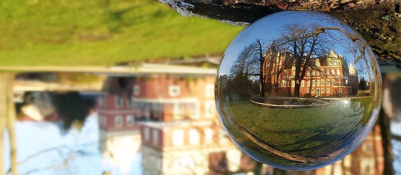 Das Neue Schloss im Fürst-Pückler-Park Bad Muskau durch die Glaskugel betrachtet